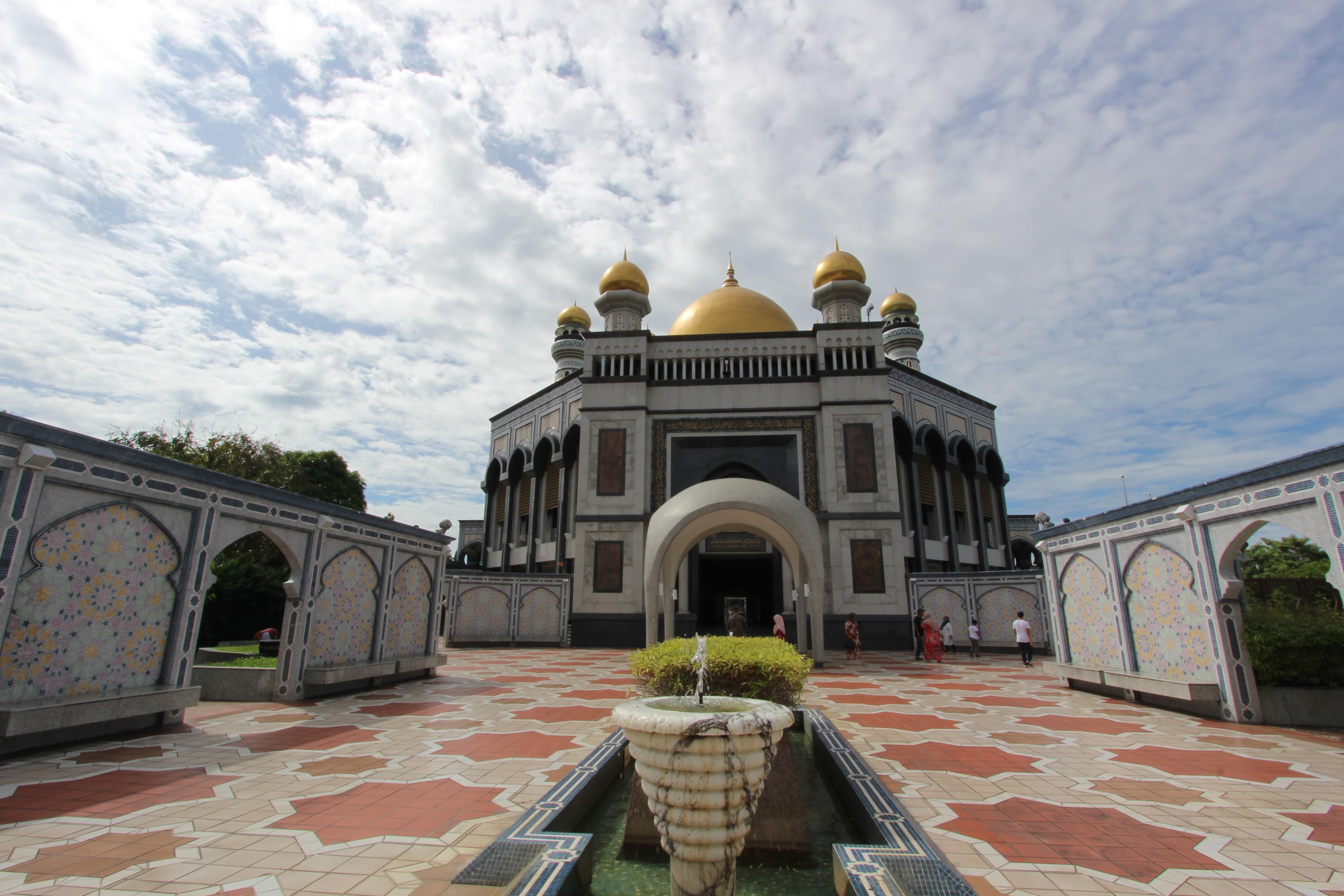 ブルネイ : モスクと熱帯雨林と7つ星ホテル(2泊3日)