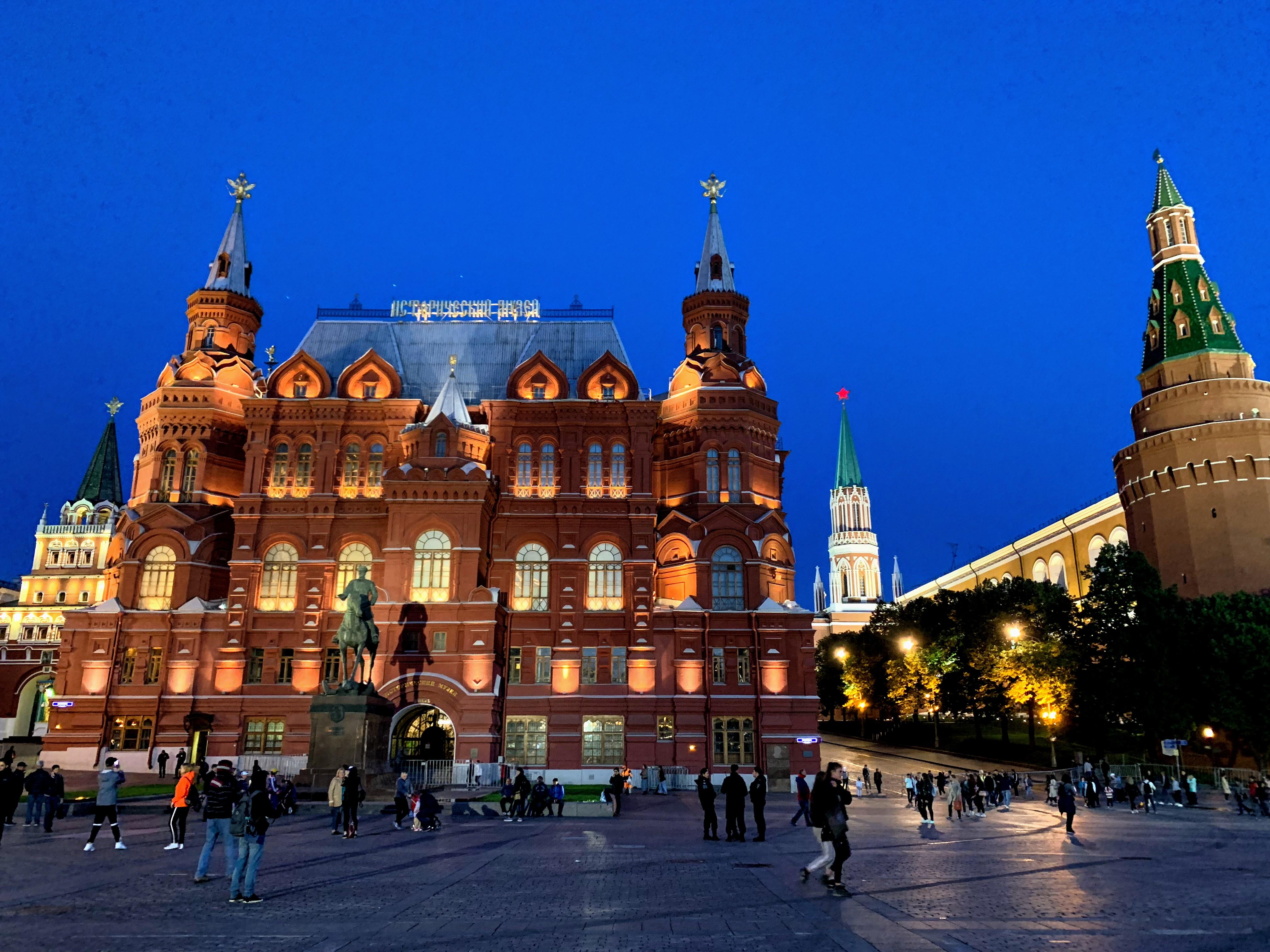 ロシア 1 : 空港から市内・動物のいるレストラン(モスクワ)